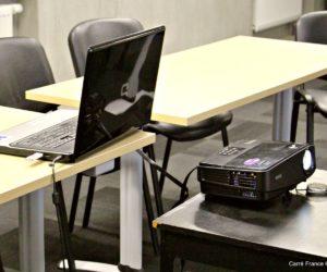 Ordinateur et rétroprojecteur disponibles dans les salles à louer de Carré France
