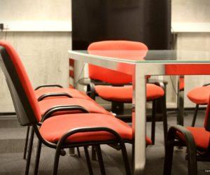 Chaises rouges dans la salle de réunion de Carré France