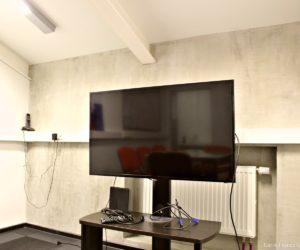 Télévision écran plat dans la salle de réunion de Carré France