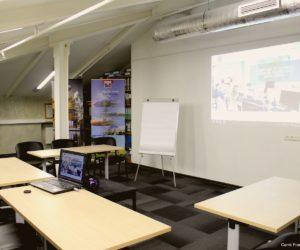 Rétroprojecteur disponible dans la grande salle de réunion ou de conférence chez Carré France