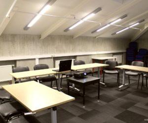 Chaises et tables disponibles dans la salle de conférence de Carré France