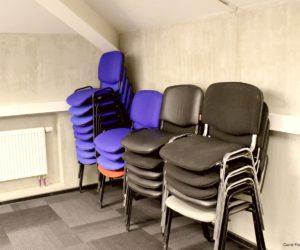 De nombreuses chaises disponibles dans la salle de conférence de Carré France
